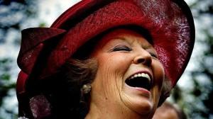 Koningin Beatrix lacht breeduit tijdens Koninginnedag 2005